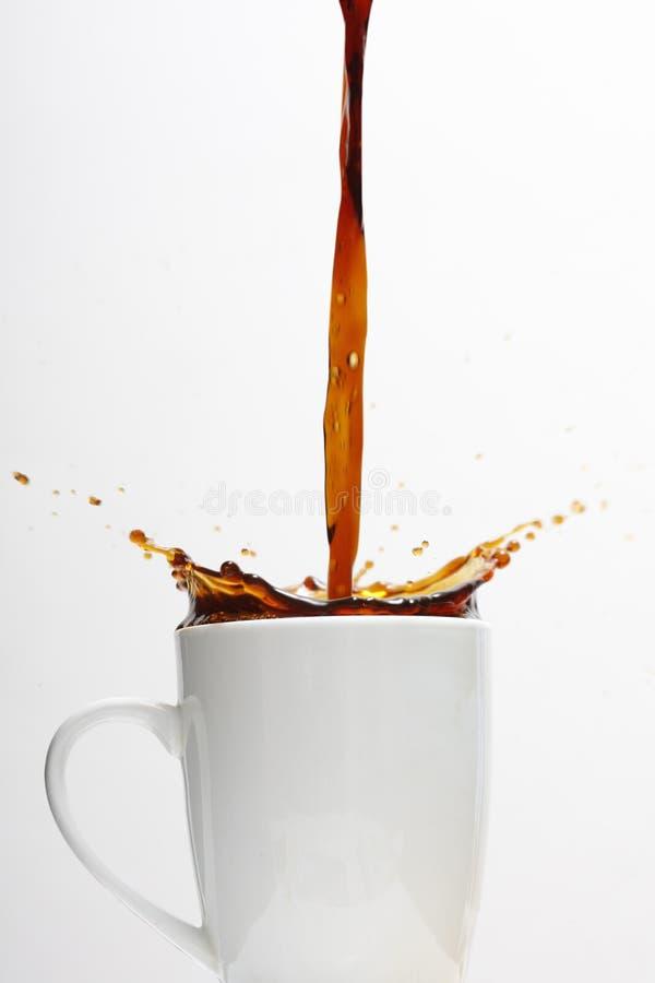 咖啡杯溢出 免版税库存照片