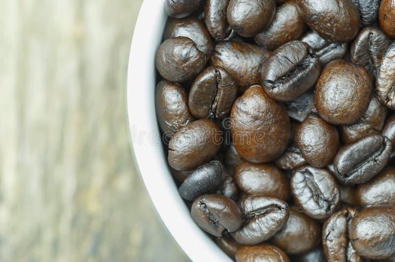 咖啡杯特写镜头用咖啡豆 免版税库存照片