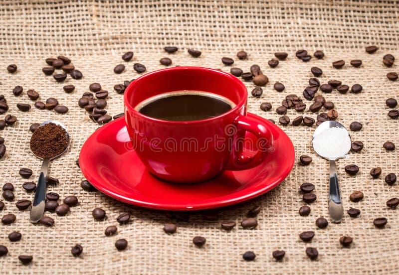咖啡杯用咖啡和糖填装了匙子 免版税库存图片