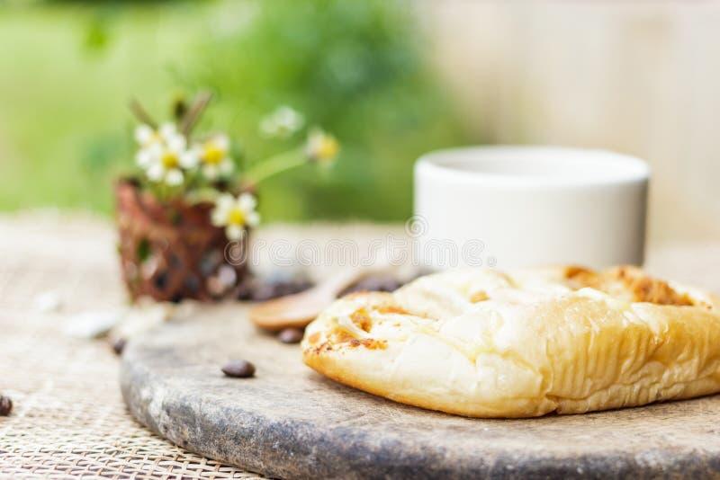 咖啡杯用新月形面包和coffe豆 免版税图库摄影