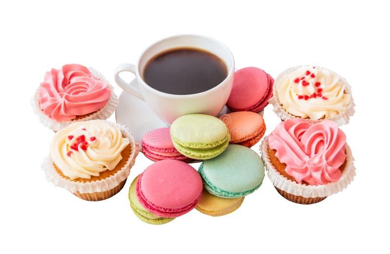 咖啡杯用被隔绝的蛋白杏仁饼干和杯形蛋糕 免版税图库摄影