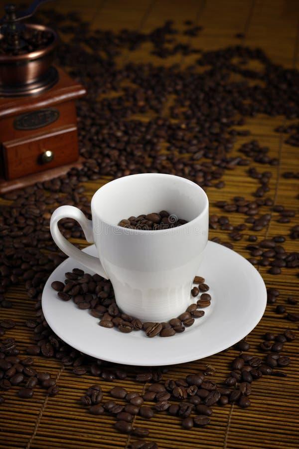 咖啡杯研磨机巫婆 免版税库存照片