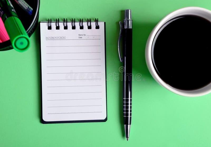 咖啡杯笔记本 免版税库存图片