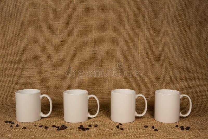 咖啡杯背景-白色杯子和豆 免版税库存照片