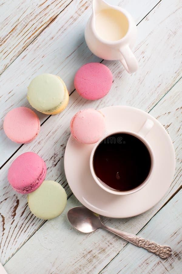 咖啡杯蛋白杏仁饼干 免版税图库摄影