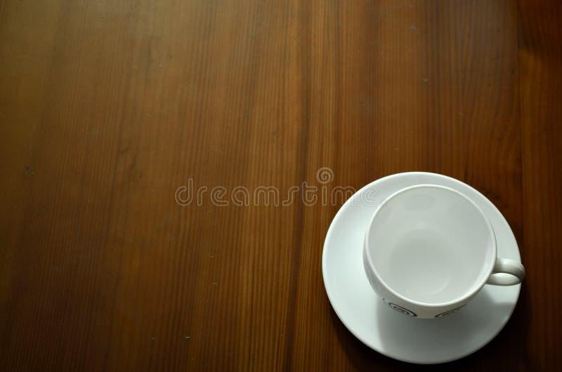 咖啡杯表木头 免版税图库摄影