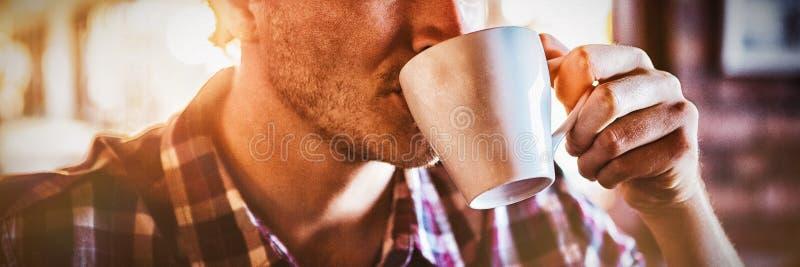 咖啡杯饮用的人 免版税库存图片
