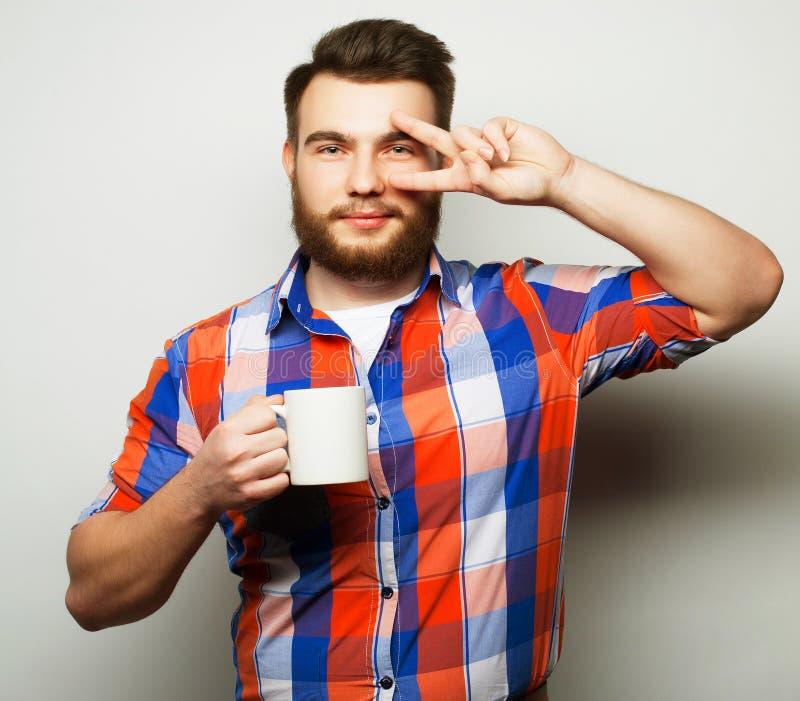 咖啡杯饮用的人 免版税库存照片
