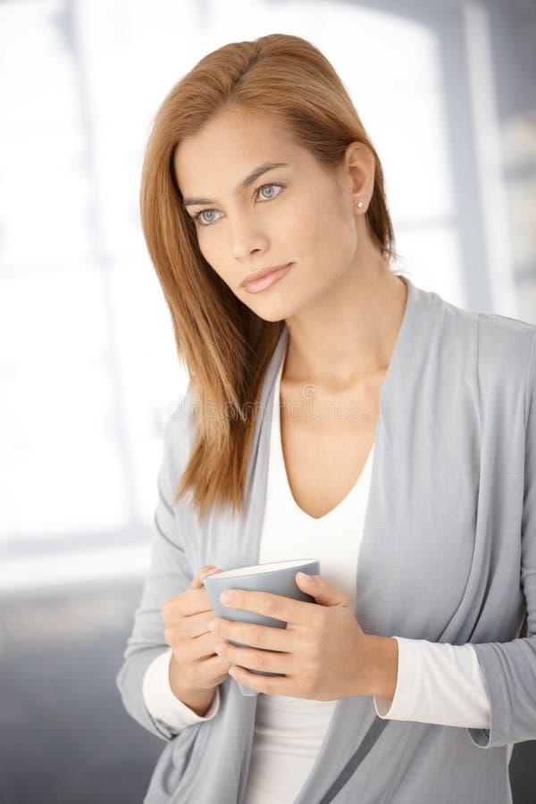 咖啡梦想的杯子妇女年轻人 免版税库存图片