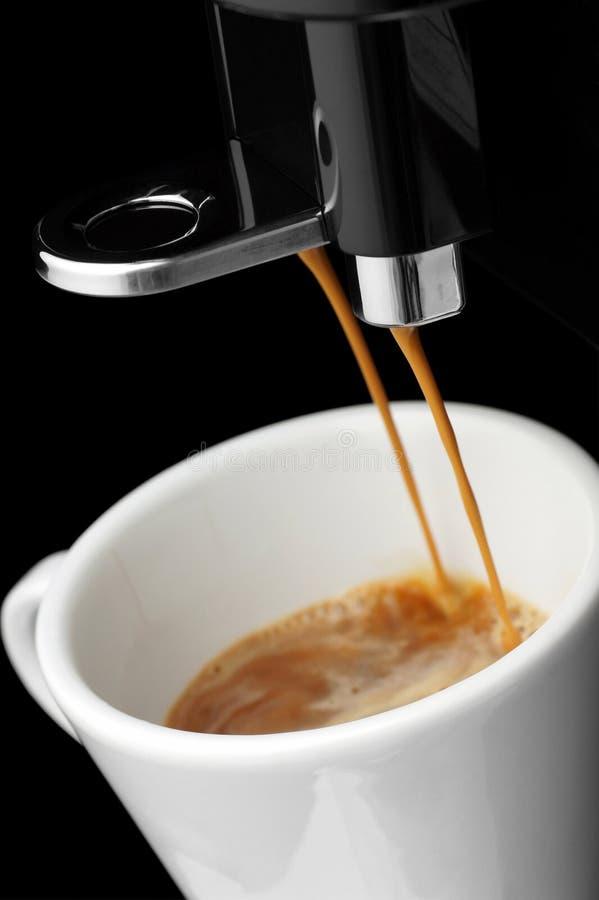 咖啡流动在咖啡机器外面 免版税库存照片