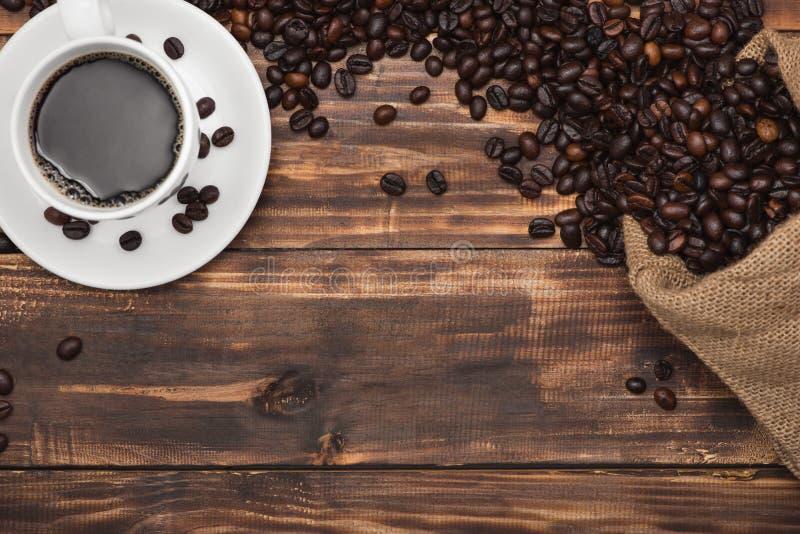 咖啡浓咖啡和豆在土气背景 免版税库存图片