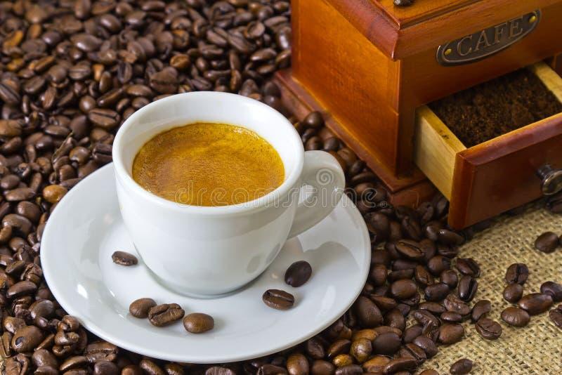 咖啡浓咖啡新鲜的研磨机手工木 免版税图库摄影