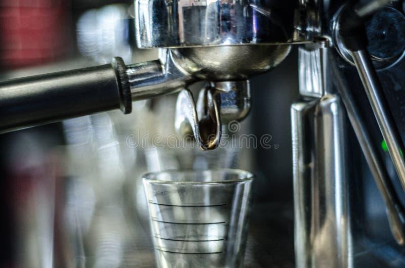 咖啡浓咖啡风险长的设备照片准备进程 图库摄影
