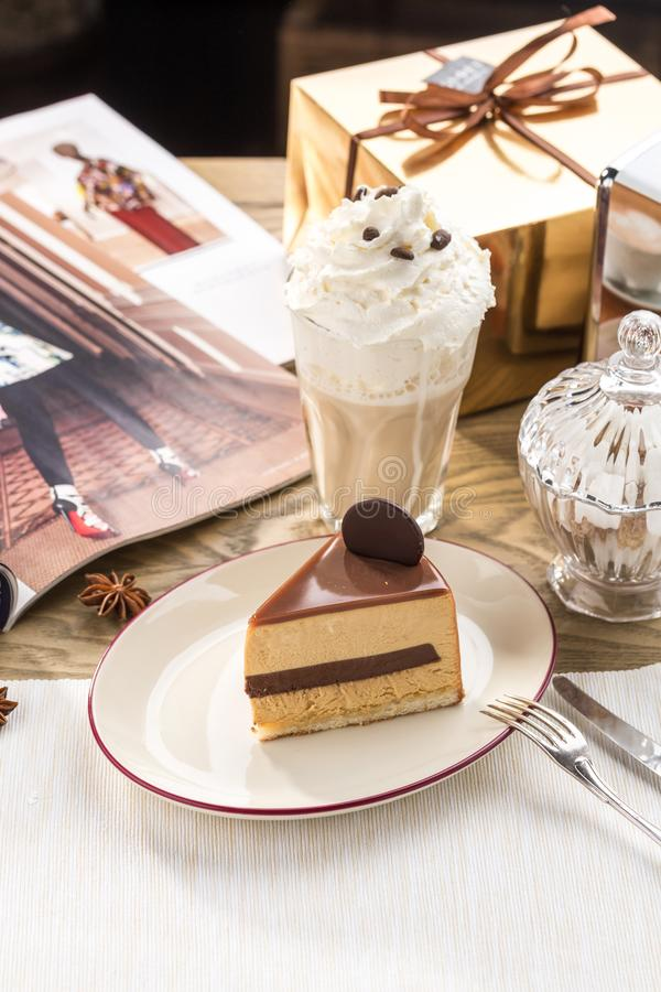 咖啡焦糖奶油色brulee奶油甜点蛋糕和杯在桌上的咖啡拿铁 库存图片