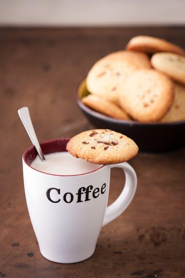 咖啡用一个自创曲奇饼 免版税库存照片