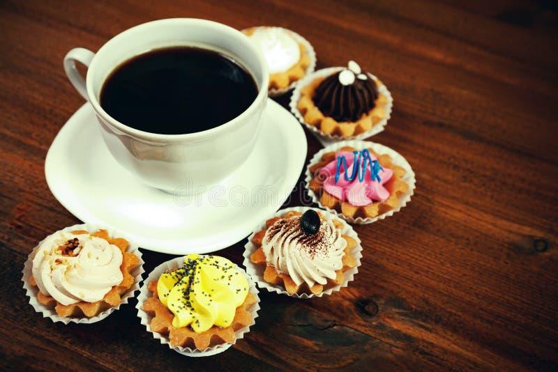 咖啡用五颜六色的杯形蛋糕 免版税库存图片