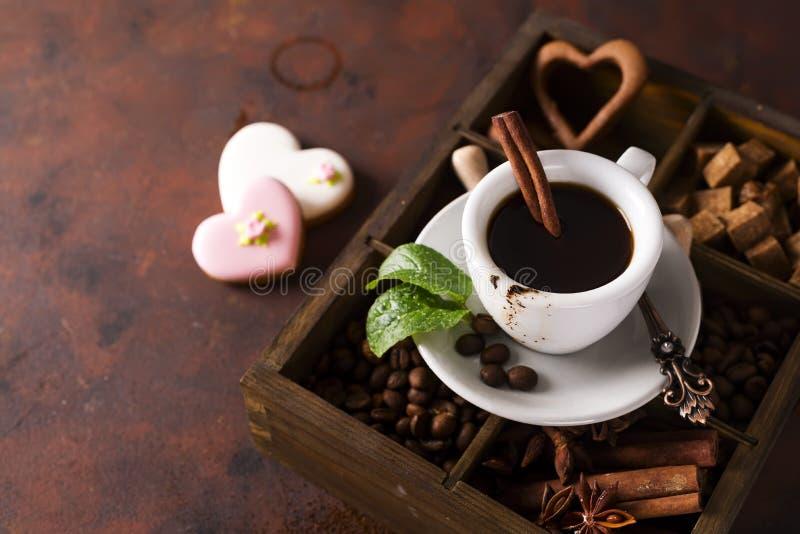 咖啡用在一个木箱的cooffee豆有咖啡和香料五谷的在石背景 免版税图库摄影