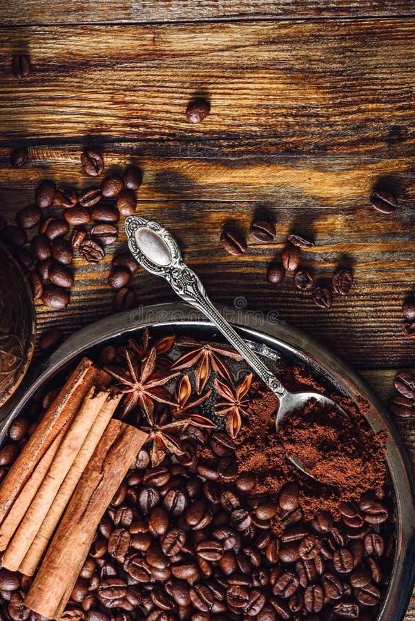 咖啡用在板材的香料 图库摄影