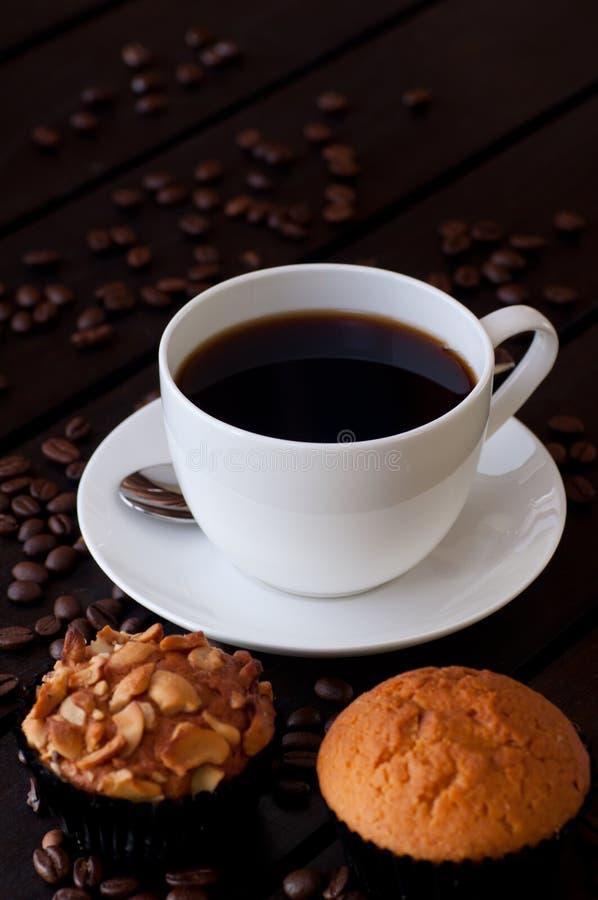 咖啡用在桌上的两个松饼 图库摄影