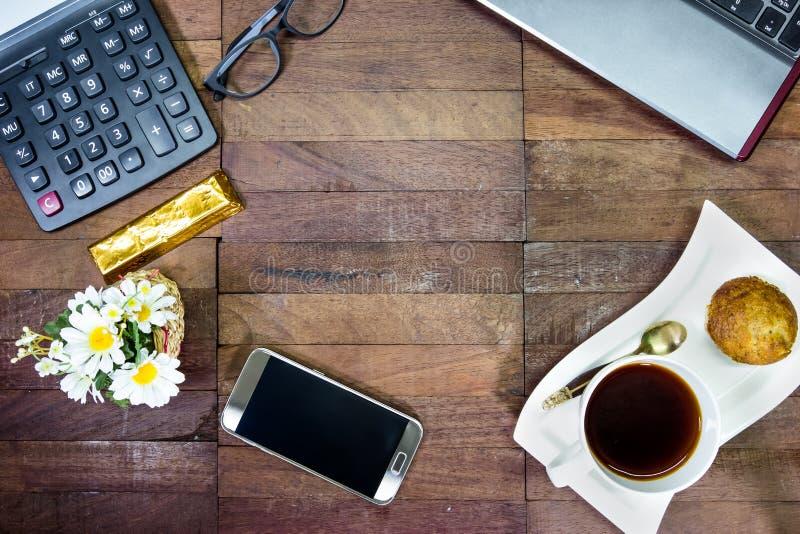 咖啡用在桌面,与拷贝空间的顶视图上的办公设备 库存照片