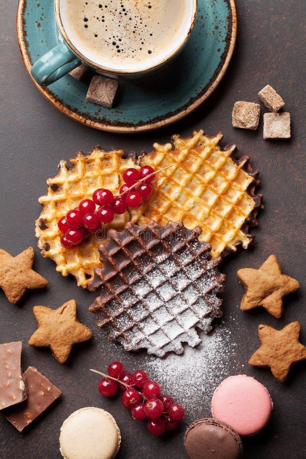 咖啡用奶蛋烘饼和甜点 免版税库存图片