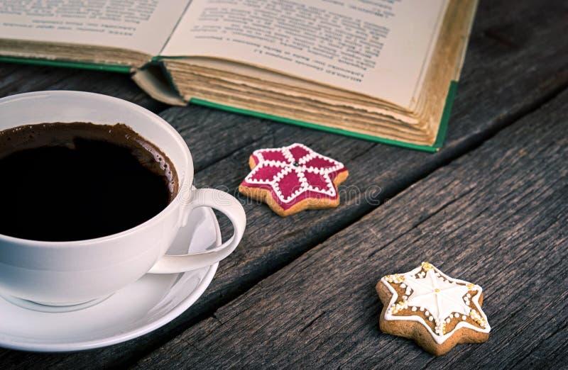 咖啡用姜饼曲奇饼和书在木背景 库存照片