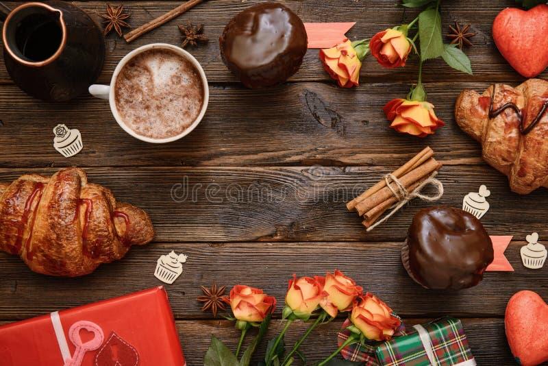 咖啡用桂香,礼物,在木桌上的花 库存照片