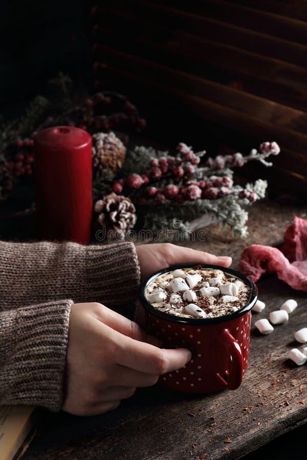 咖啡用蛋白软糖和巧克力在妇女手上 库存图片