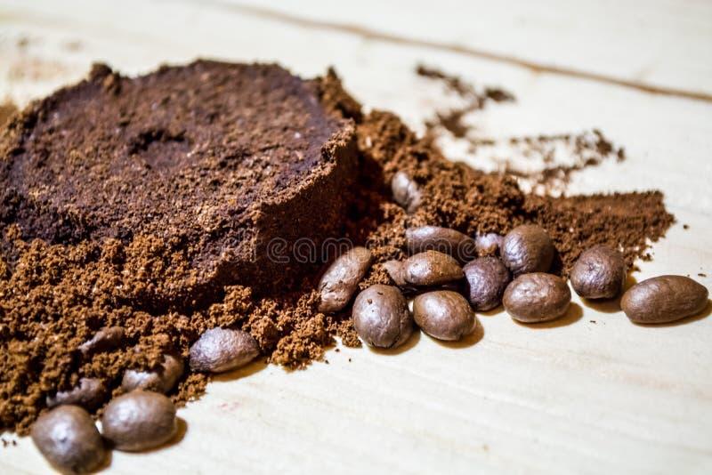 咖啡的准备的三个阶段:五谷,击碎和被按的片剂 表面木 浓咖啡 工作barista 免版税库存图片