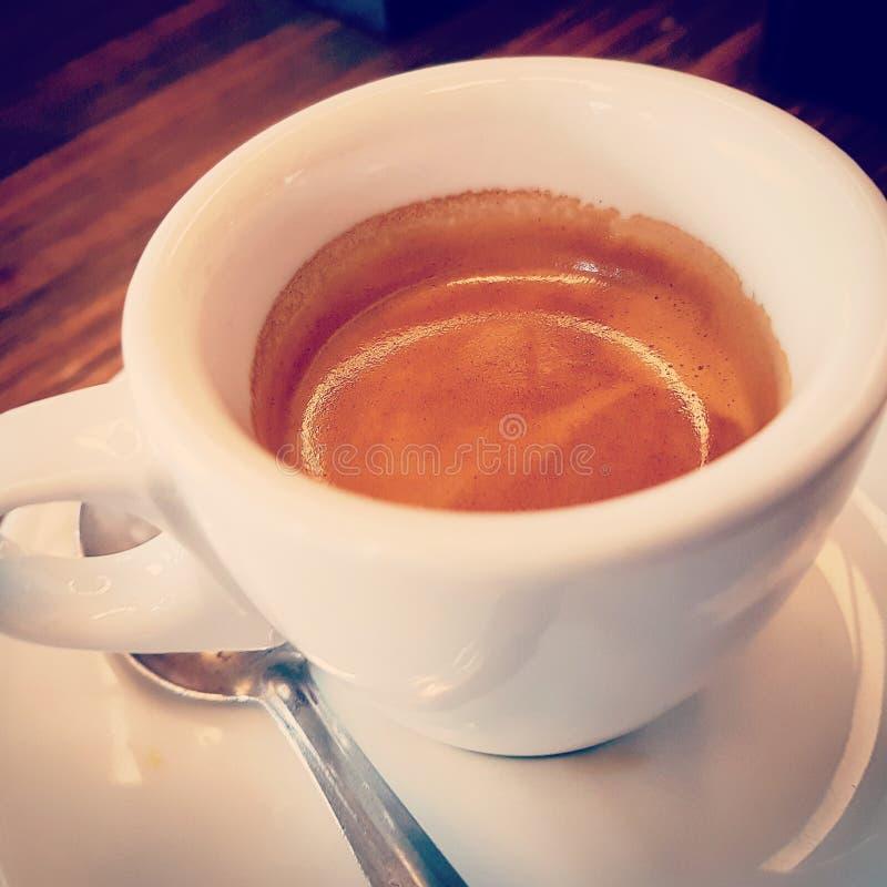 咖啡看法上面在杯子的与泡沫的浓咖啡意大利咖啡在白色背景、食物和饮料和放松 免版税库存照片