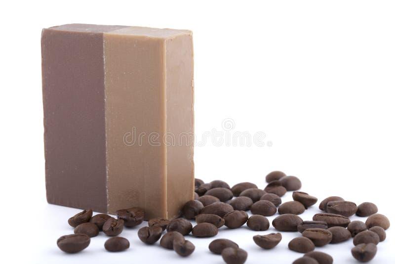 咖啡肥皂用在白色背景隔绝的咖啡豆 库存图片