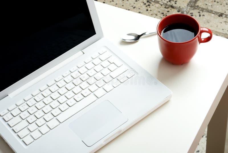 咖啡膝上型计算机白色 免版税库存照片
