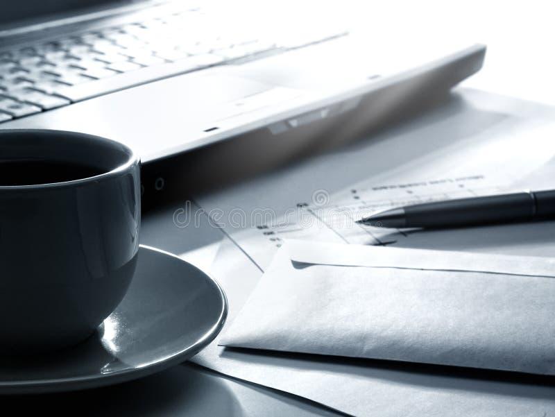 咖啡膝上型计算机裱糊笔 库存照片