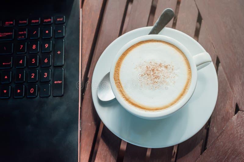 咖啡膝上型计算机 免版税库存照片