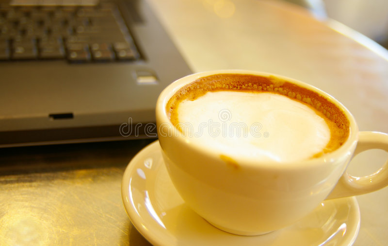 咖啡膝上型计算机 免版税库存图片
