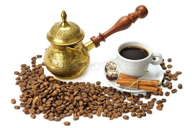 咖啡豆、咖啡罐和杯子 免版税库存图片