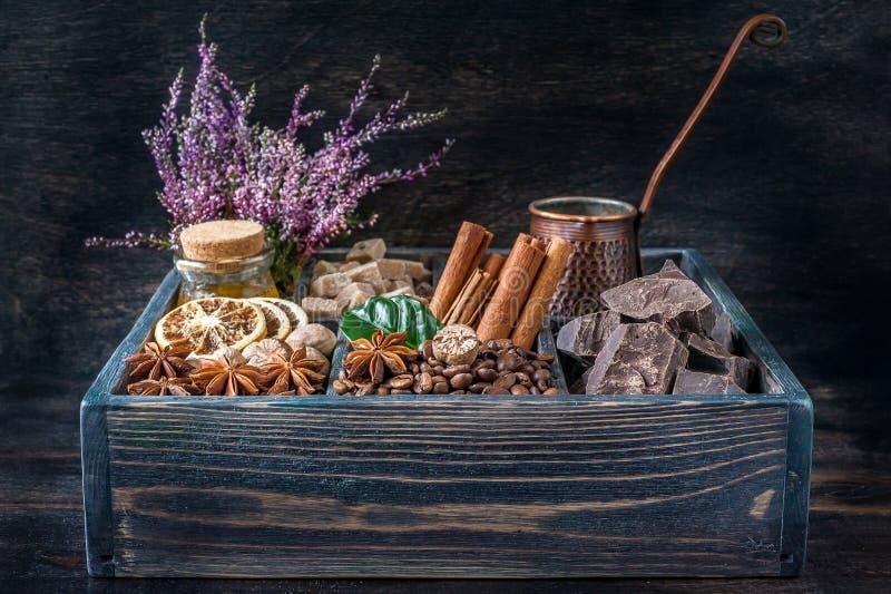 咖啡豆、巧克力、桂香、八角和蜂蜜在一个木箱 免版税库存图片
