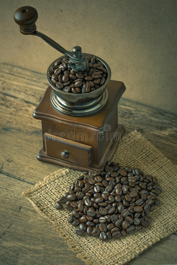 咖啡豆和磨咖啡器在木头 库存照片