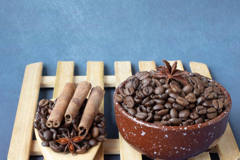咖啡豆和香料 免版税库存照片