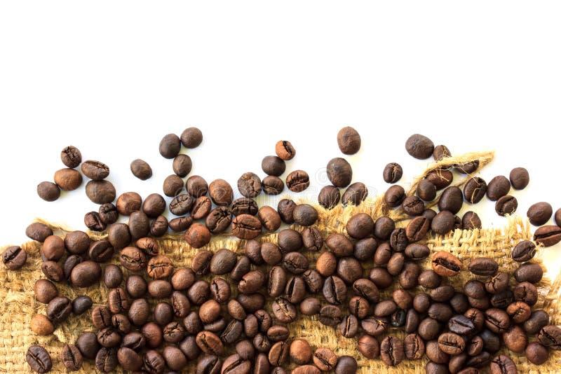 咖啡豆和麻袋布 免版税库存图片