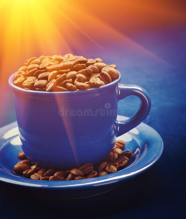 咖啡豆在杯子和在sauser instagram窗框 库存照片