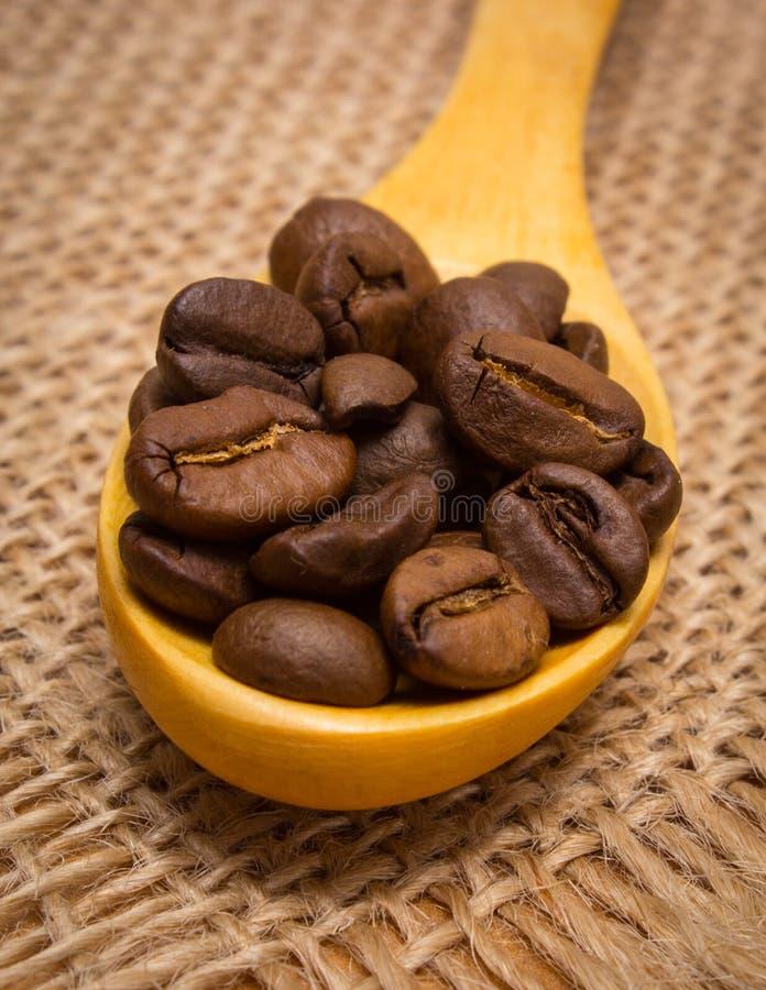 Download 咖啡豆堆与木匙子的在黄麻帆布 库存图片. 图片 包括有 能源, 画布, 咖啡因, 新鲜, 粗麻布, 咖啡 - 62530933