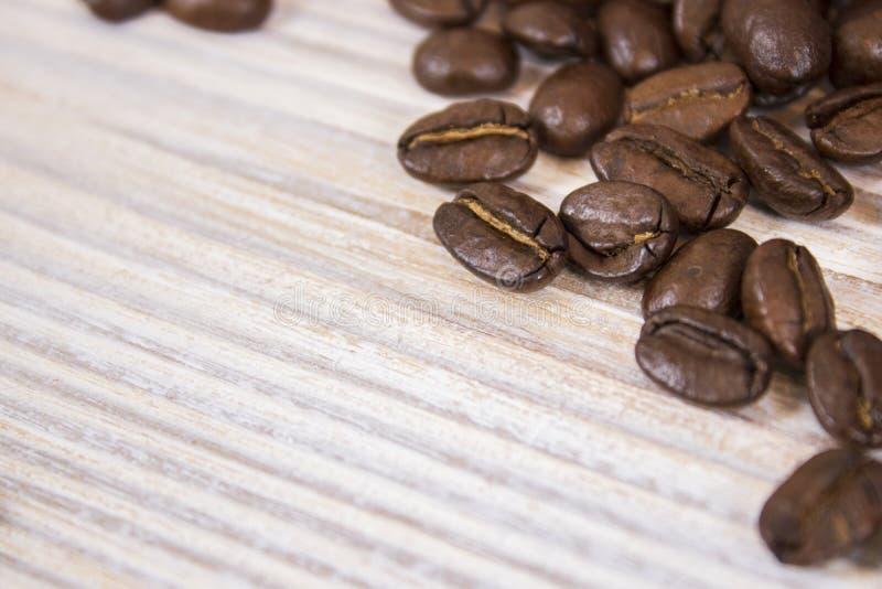 咖啡豆大模型在被隔绝的木织地不很细背景的 图库摄影