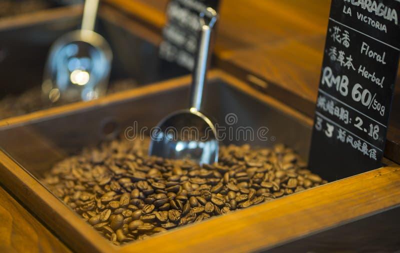 咖啡豆特写镜头与瓢的在心情照明设备 免版税库存照片