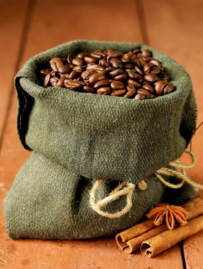 咖啡豆静物画在帆布大袋的 库存图片