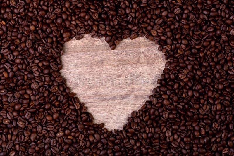 咖啡豆sorrounded的心脏标志 库存图片