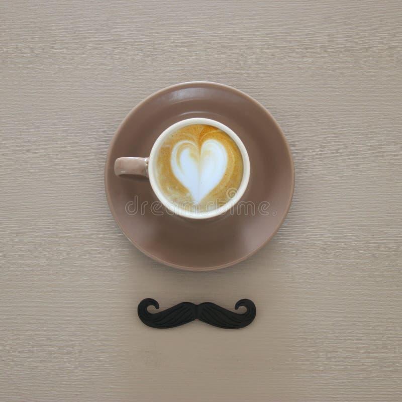 咖啡顶视图和黑髭在木backgro 免版税库存图片