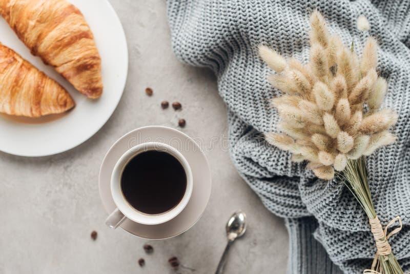 咖啡顶视图用新月形面包和在lagurus ovatus花束 免版税库存图片
