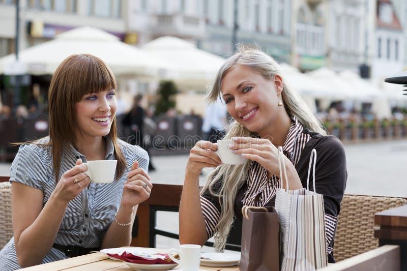 咖啡饮用的女孩微笑 免版税图库摄影
