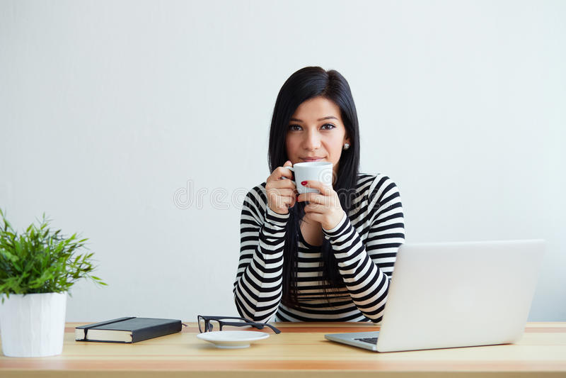 Download 咖啡饮用的妇女年轻人 库存图片. 图片 包括有 工作, 员工, 技术, 成人, 咖啡, 微笑, 商业, 现代 - 72365397
